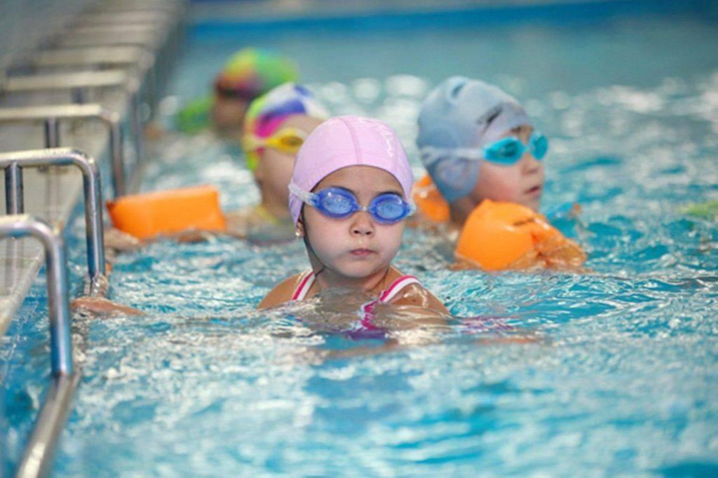 Грудничковое плавание - польза и вред, описание методики обучения малыша и выбор бассейна