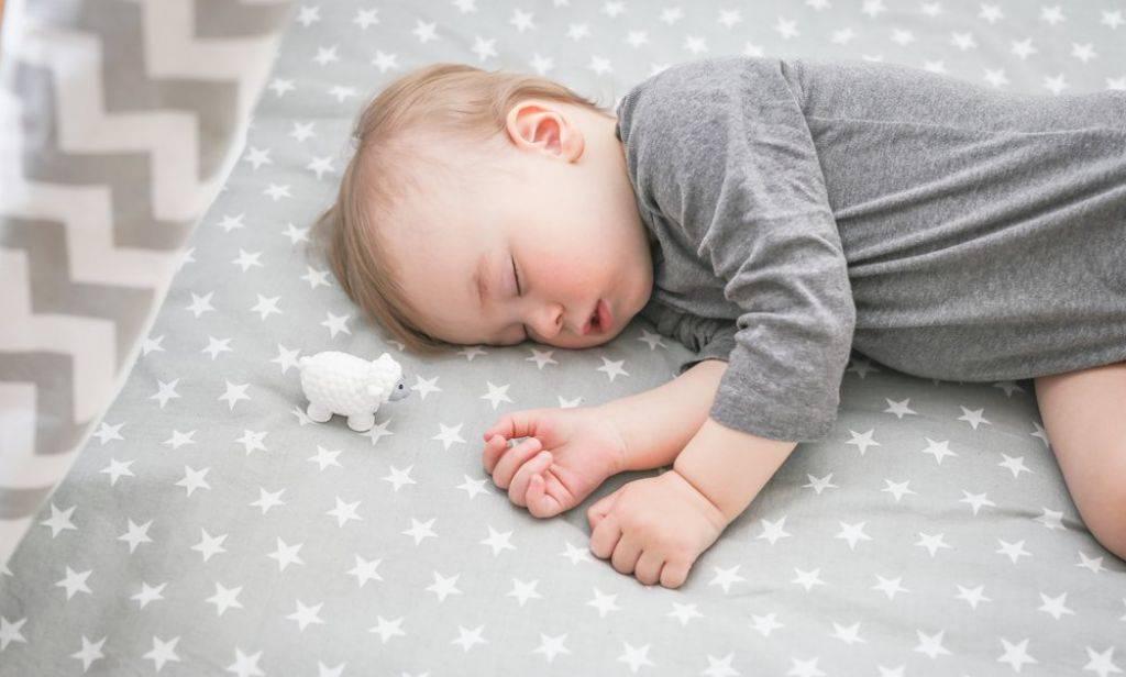 Причины беспокойного сна у грудничка и решение проблемы