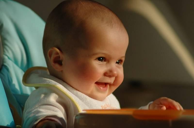 Когда ребенок начинает улыбаться и смеяться осознанно в голос: как ускорить