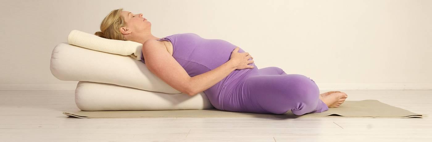 Йога для беременных в домашних условиях: 10 простых асан, которые вы легко повторите + 5 фактов о йоге для беременных