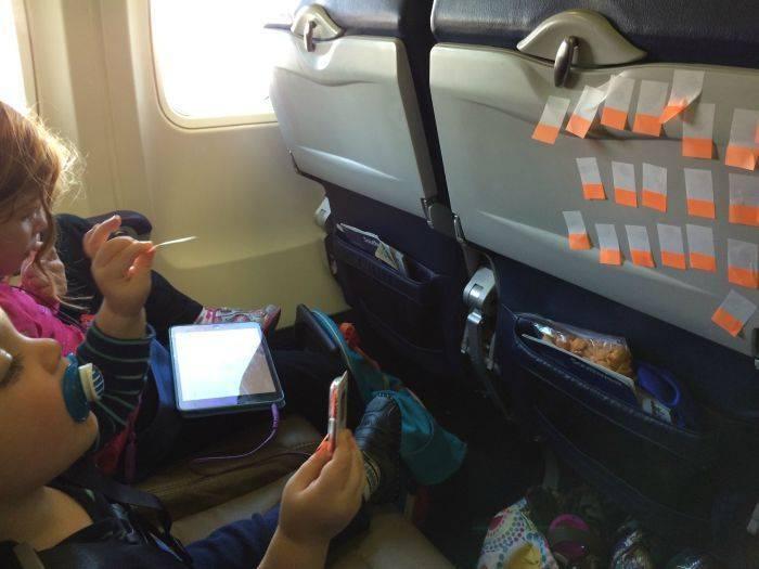 Чем занять ребенка в самолете: 10 действенных способов