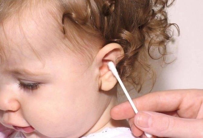Как правильно чистить ушки у новорожденных детей