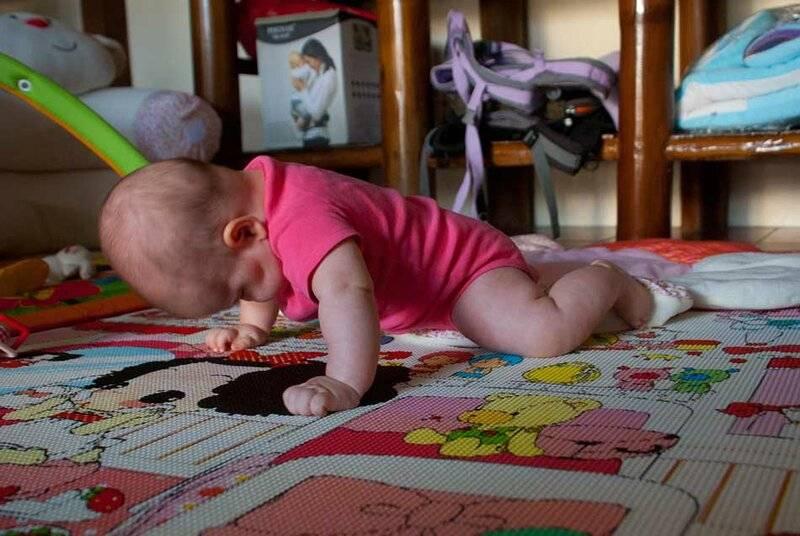 Когда ребенок начинает ползать и как его этому научить