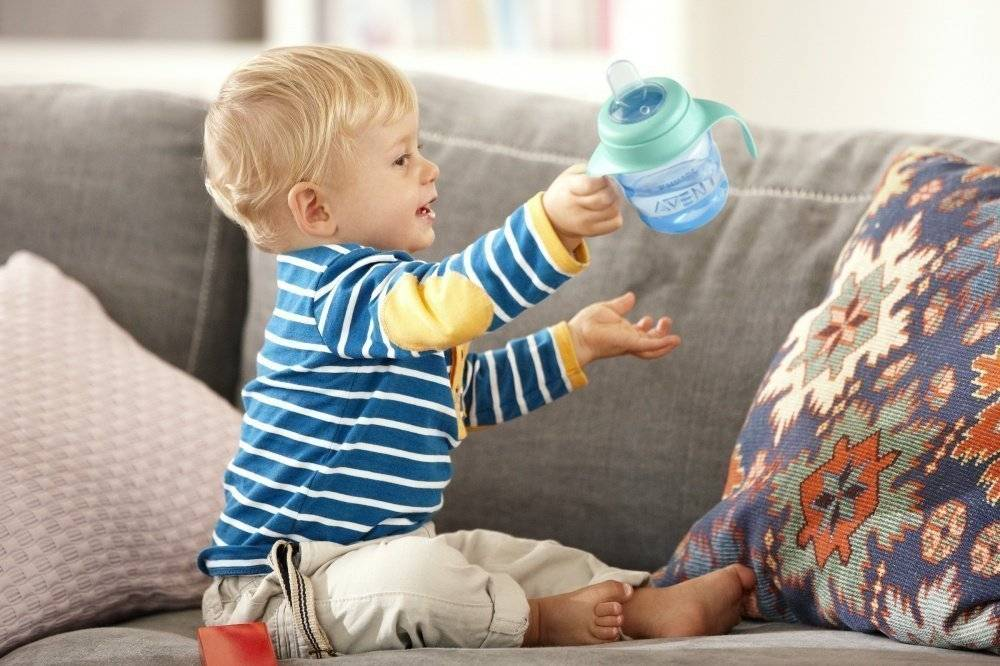 Как научить ребенка пить из кружки или поильника в 4 шага: 5 главных правил от детского психолога