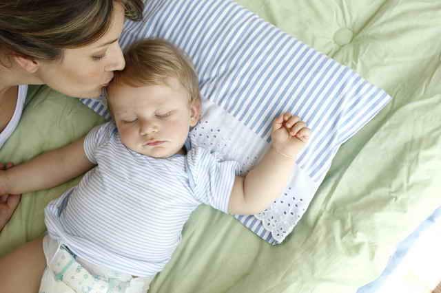 Как отучить ребенка от укачивания на руках перед сном: главные шаги к засыпанию в своей кроватке