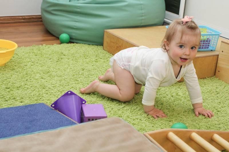 Во сколько ребенок должен ползать. как научить ребенка ползать в 6 месяцев, в 7, в 5, в 4 месяца.  комаровский научить ползать ребёнка, как научить ползать и вставать, видео.