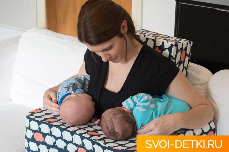 Как одновременно кормить двойню: лучших позы для кормления новорожденных грудью > деловая гармония