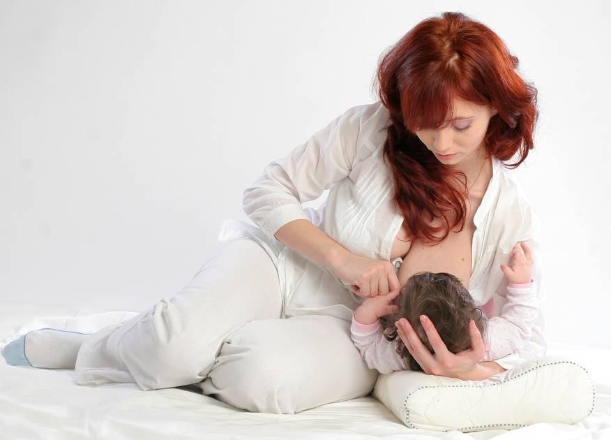 5 позиций для грудного вскармливания | pampers ru