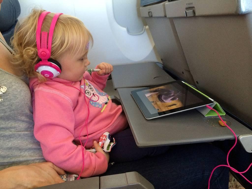 Чем занять ребенка в самолете - 55 крутых идей