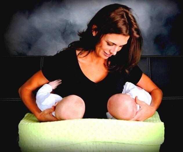 Кормление близнецов или двойни одновременно: уроки для мам, советы, пошаговое руководство