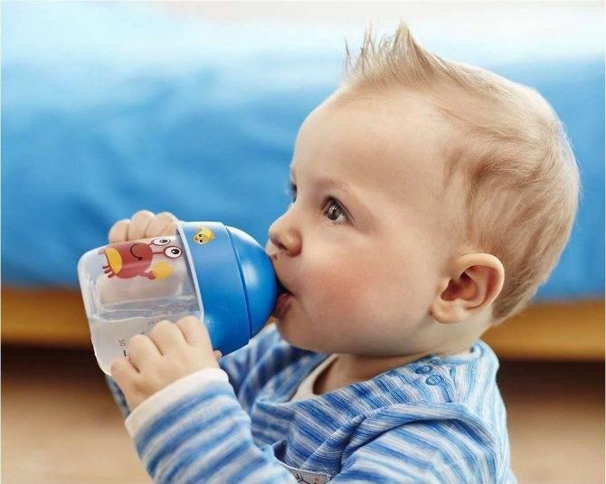Ребенок отказывается есть смесь из бутылки. ребенок упорно не берет бутылочку: как приучить малыша пить и есть из нее, когда кроха начнет держать бутылочку сам? не нравится молоко