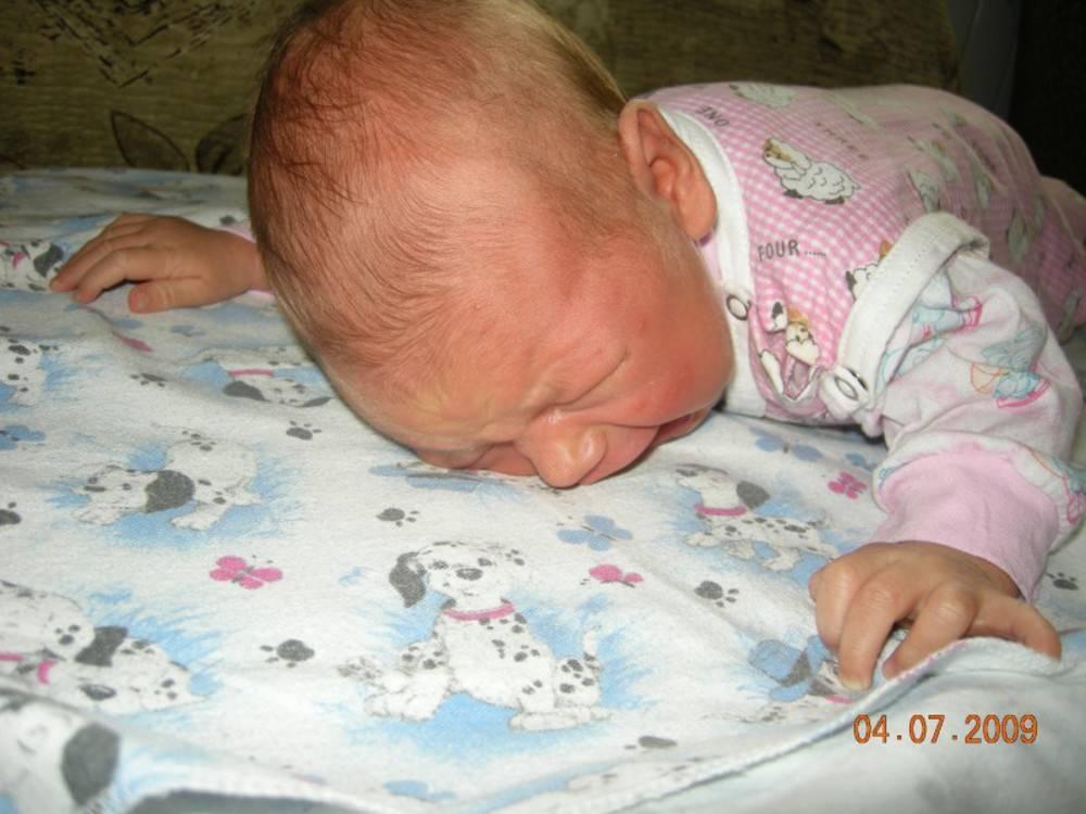 Выкладывание на живот новорожденного: с какого возраста начинать, как часто и сколько времени лежать малышу