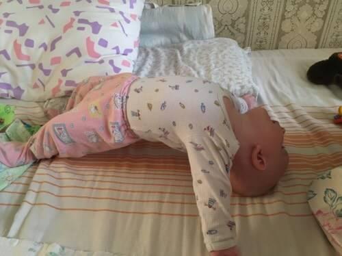 Могут ли новорожденные спать на животе? сладкий сон ребенка прервался с поворотом на живот – что делать? 4 месячный ребенок спит на животе ночью