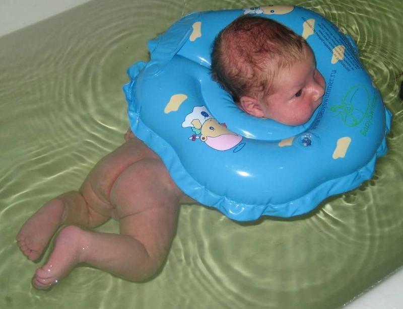 С какого месяца можно использовать надувной круг на шею для плавания и купания младенцев - топотушки