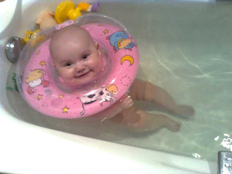 Круг для купания новорожденных. со скольки месяцев можно использовать?