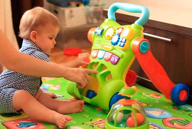 Как развивать ребенка в 4 месяца: полезные игры и занятия