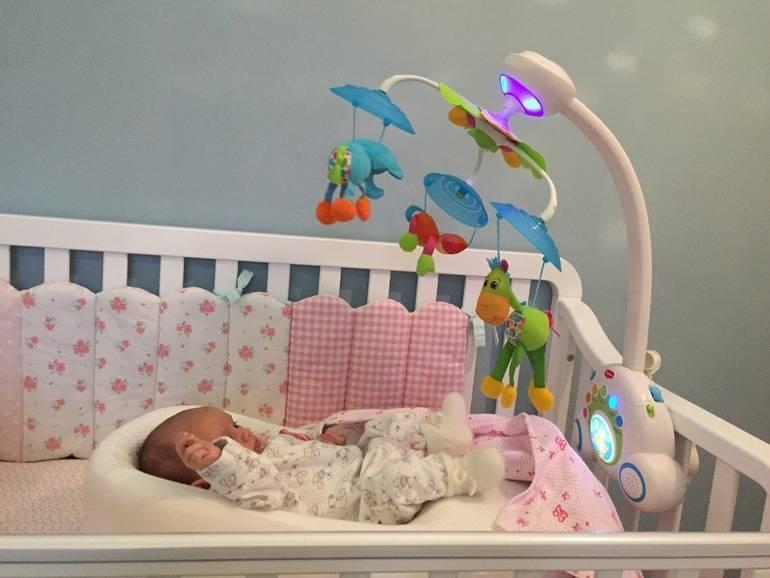 Мобиль на кроватку для новорожденных: выбор, использование