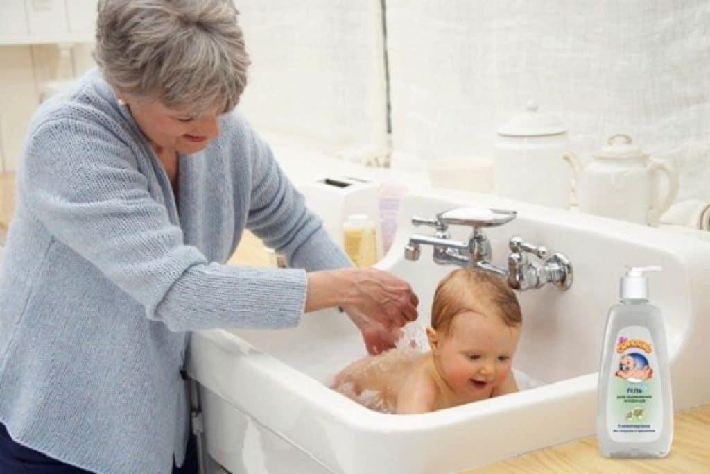 Как подмывать новорожденную девочку: полезные советы