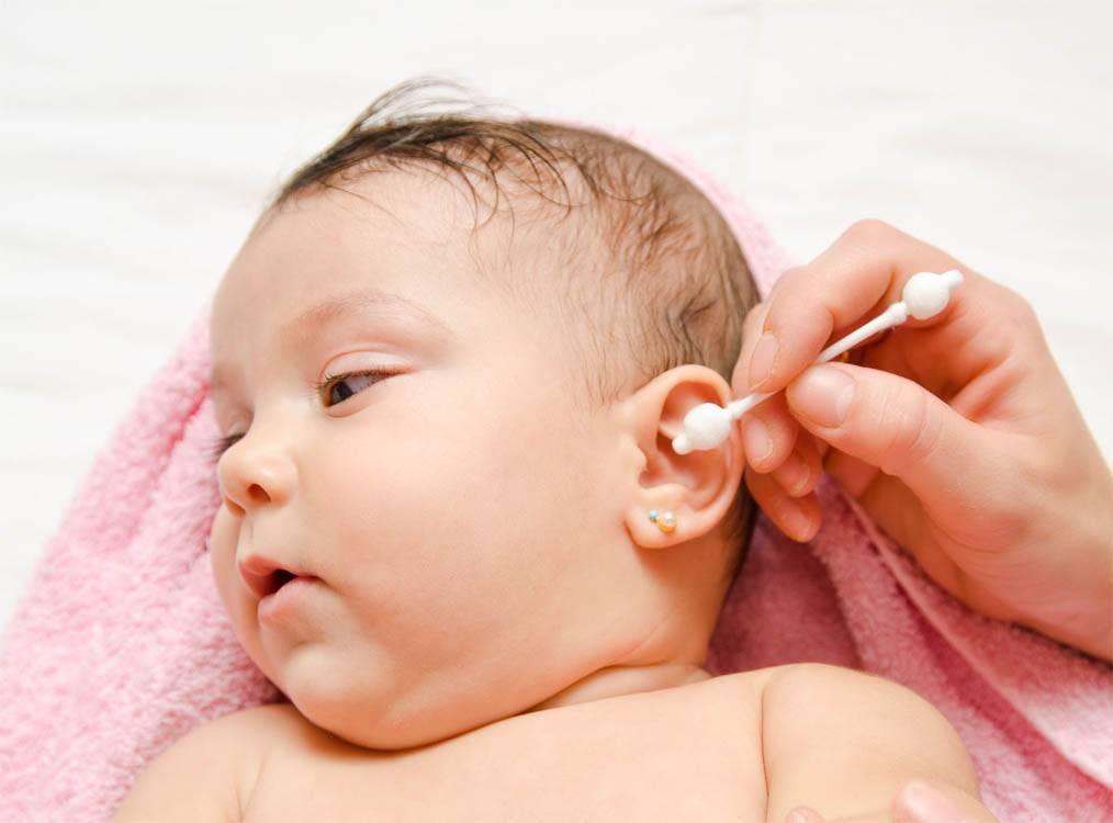 Нужно ли чистить уши грудничку: правильный уход за ушами