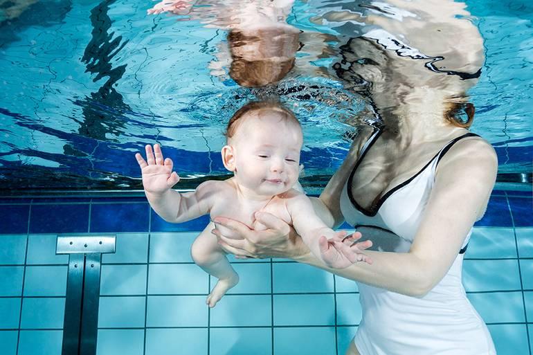 Грудничковое плавание в ванной. чем полезно и с какого возраста?