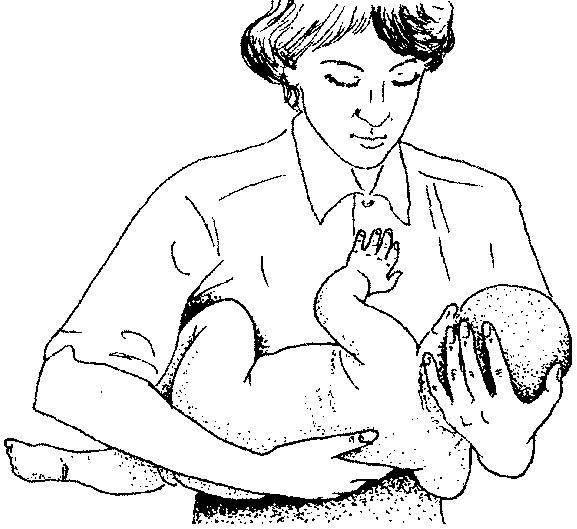 Как правильно держать новорожденного ребенка при подмывании?