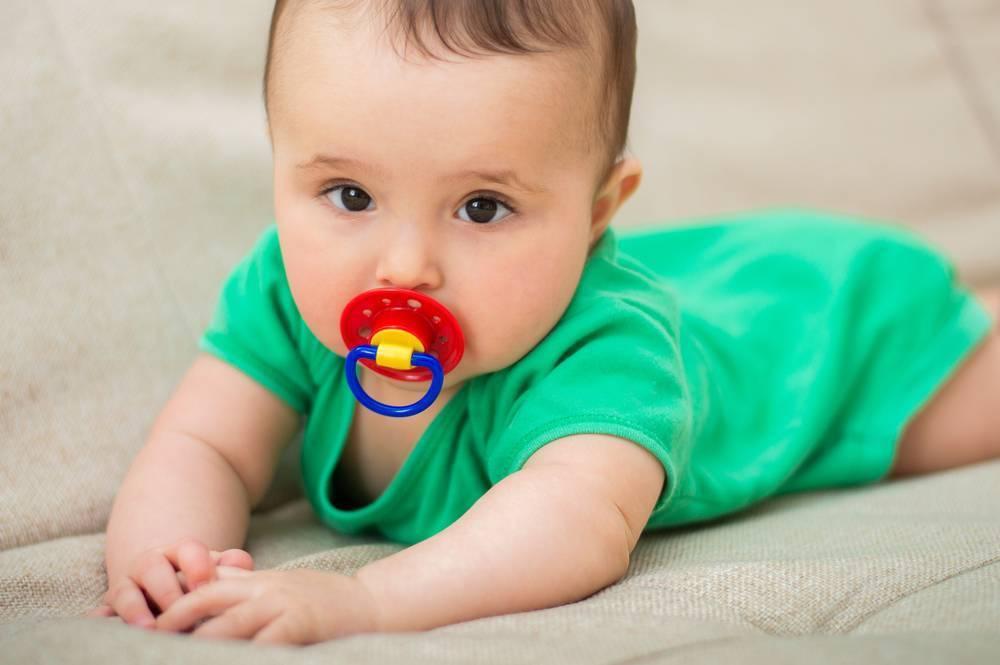 Советы мамам, как правильно приучить новорожденного к пустышке
