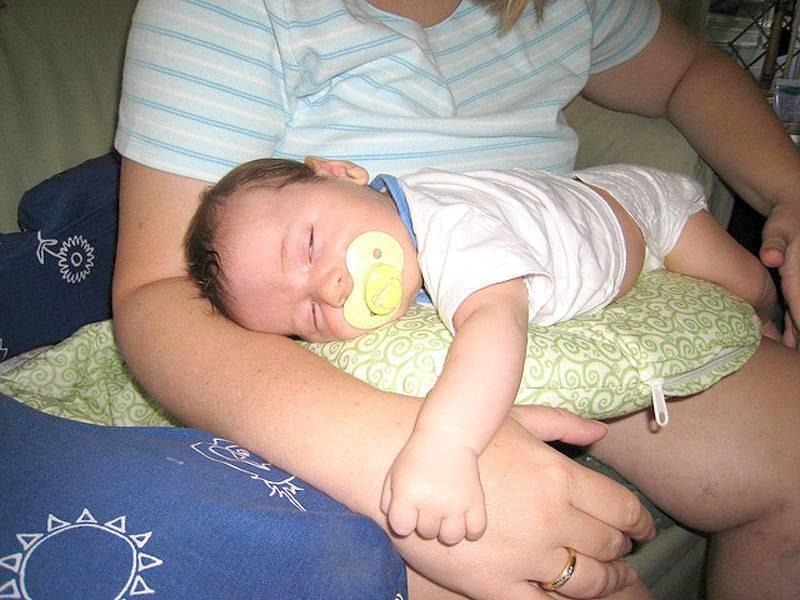 Когда можно новорожденного класть на животик? выкладывание новорожденного на живот: правила и советы