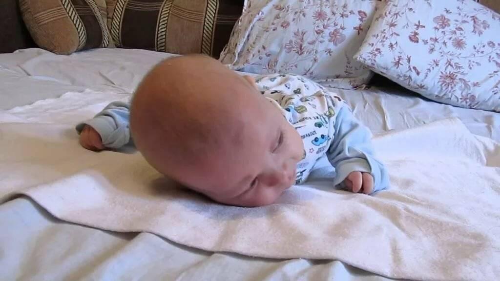 Как правильно выкладывать новорожденного на живот: техника, важность (фото и видео)