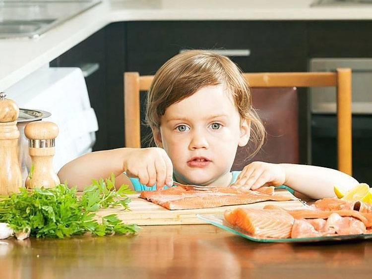 Ребенок не ест мясо и рыбу: что делать и как приучить (мнение Комаровского)