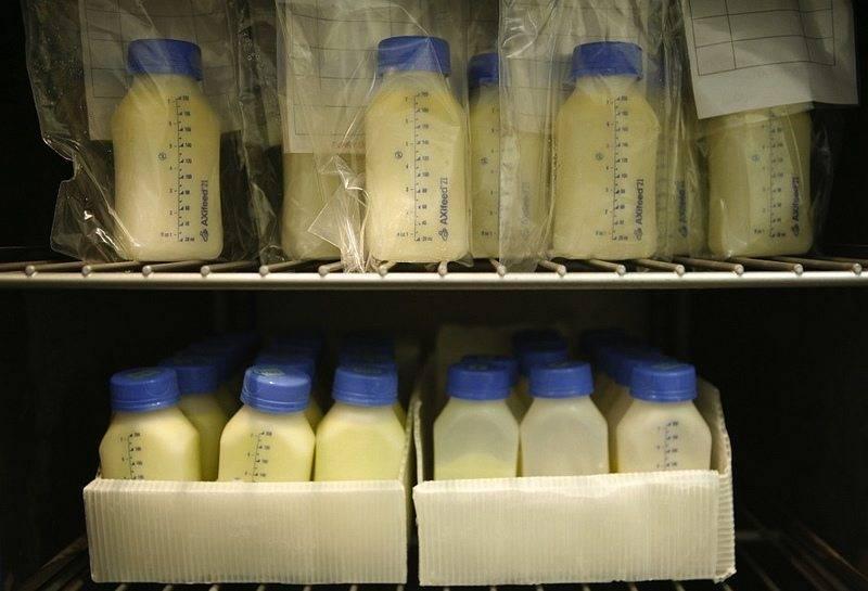 Как и в чем заморозить грудное молоко, можно ли вообще его замораживать, срок годности, как правильно размораживать его из морозилки для кормления