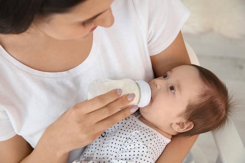 Правила кормления новорожденного из бутылочки