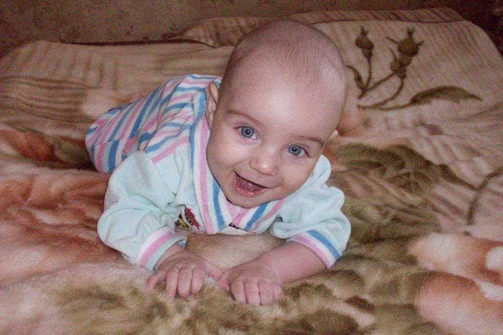 Когда ребенок начинает осознанно улыбаться: первая улыбка на радость маме