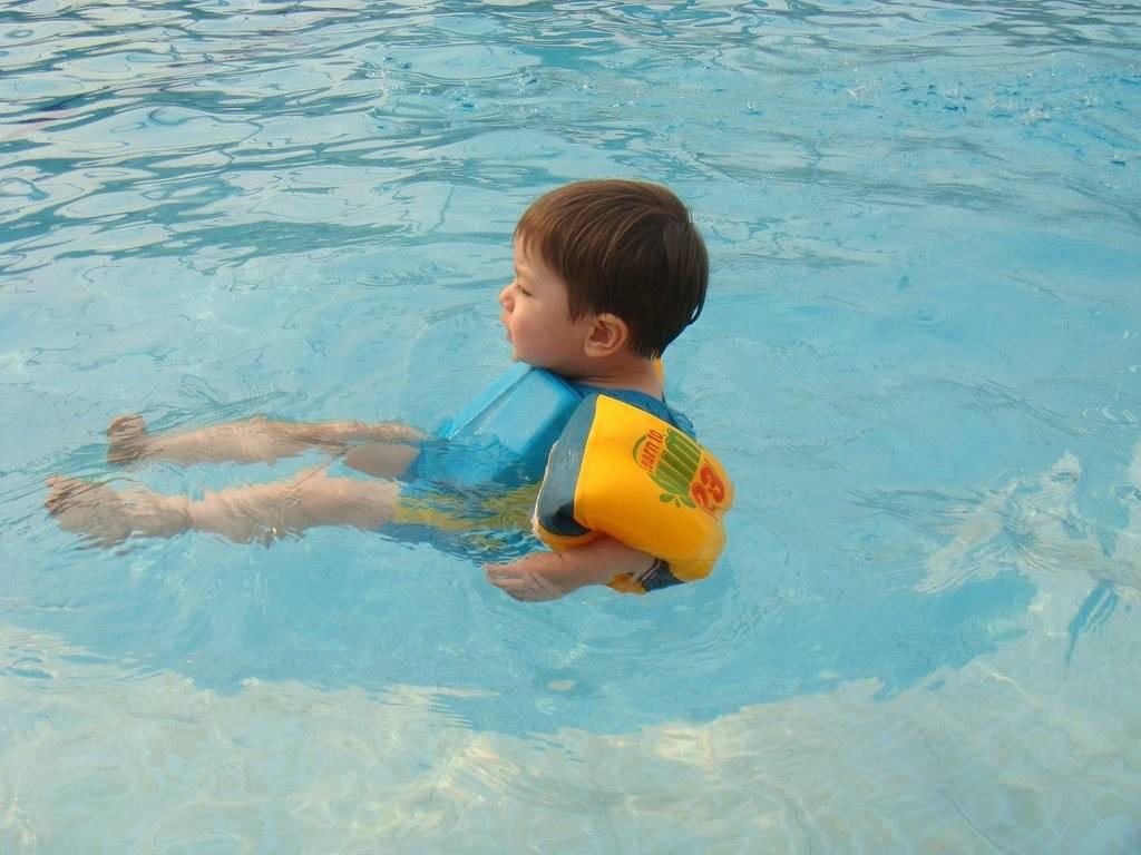 Можно ли научиться плавать в бассейне самостоятельно и что для этого нужно?