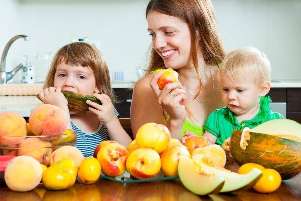 Фрукты как первый прикорм для ребёнка до годика. и какие фрукты можно, а какие нельзя?