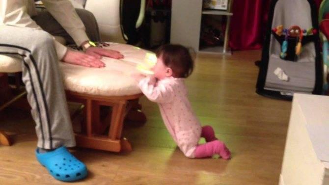 Как научить ребенка вставать на ножки