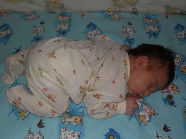 Когда можно выкладывать новорожденного ребенка на животик и как правильно класть малыша на живот