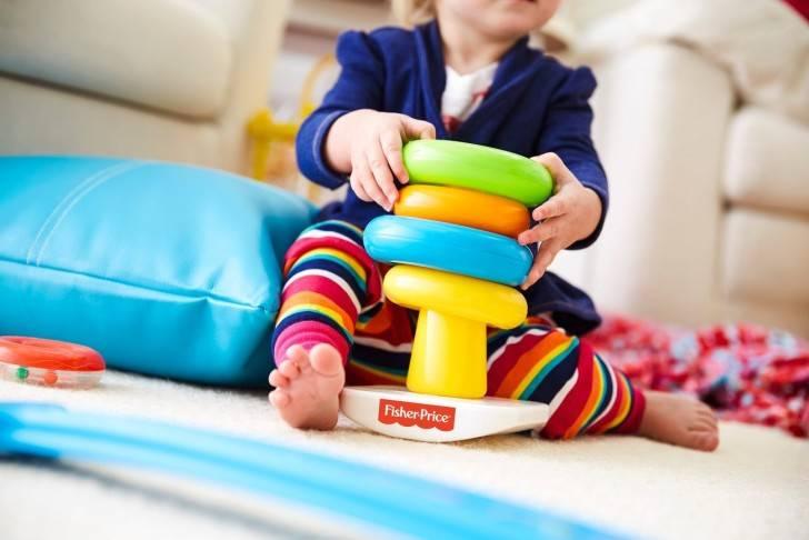В каком возрасте ребенок должен собирать пирамидку. детская пирамидка: какую выбрать и как научить ребенка в нее играть?