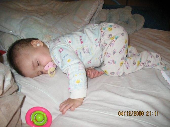 Почему ребенок спит на животе с приподнятой попой кверху?
