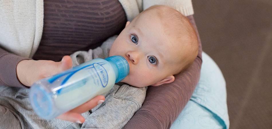 Учимся кормить новорождённого из бутылочки