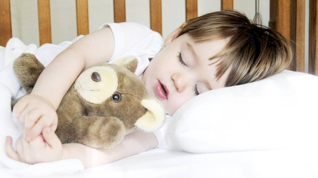 Как отучить ребенка спать с мамой и папой: советы специалистов