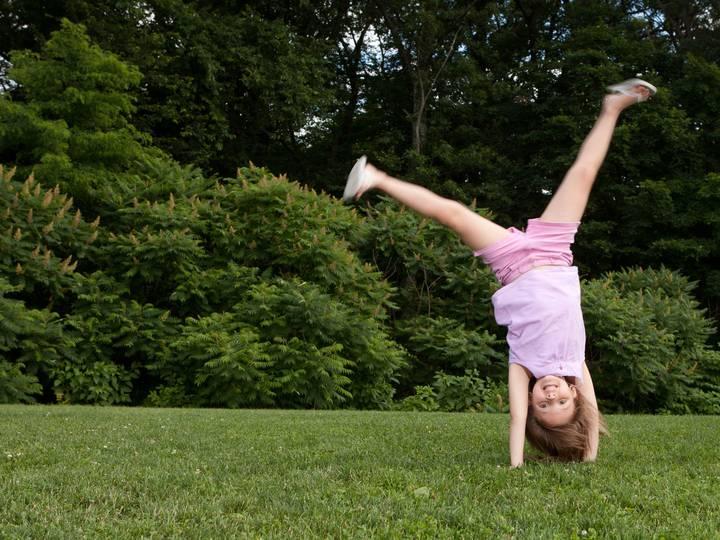 Как правильно и быстро научиться делать колесо в домашних условиях: гимнастика для начинающих и балансировка