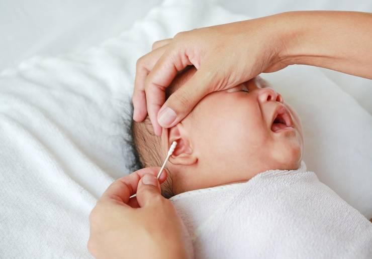 Как почистить ушки новорожденному 2 месяца, как ухаживать за ушами грудничка?