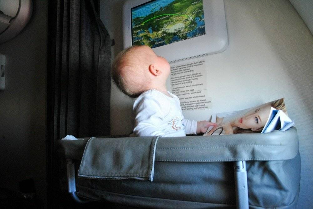 С какого возраста можно ребенку летать на самолете: правила и тонкости