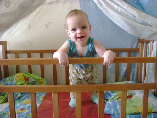 Если ребенок в 7-8 месяцев не сидит и не ползает, надо ли паниковать? - beautyvertebro.com
