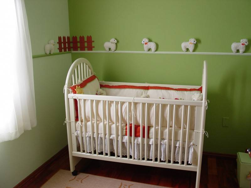 Выбор краски для детской кровати и технология окрашивания