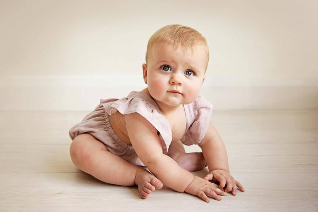 Когда ребенок начинает держать голову самостоятельно, во сколько месяцев